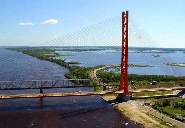 Автодорожный вантовый мост через реку Обь в районе города Сургута.